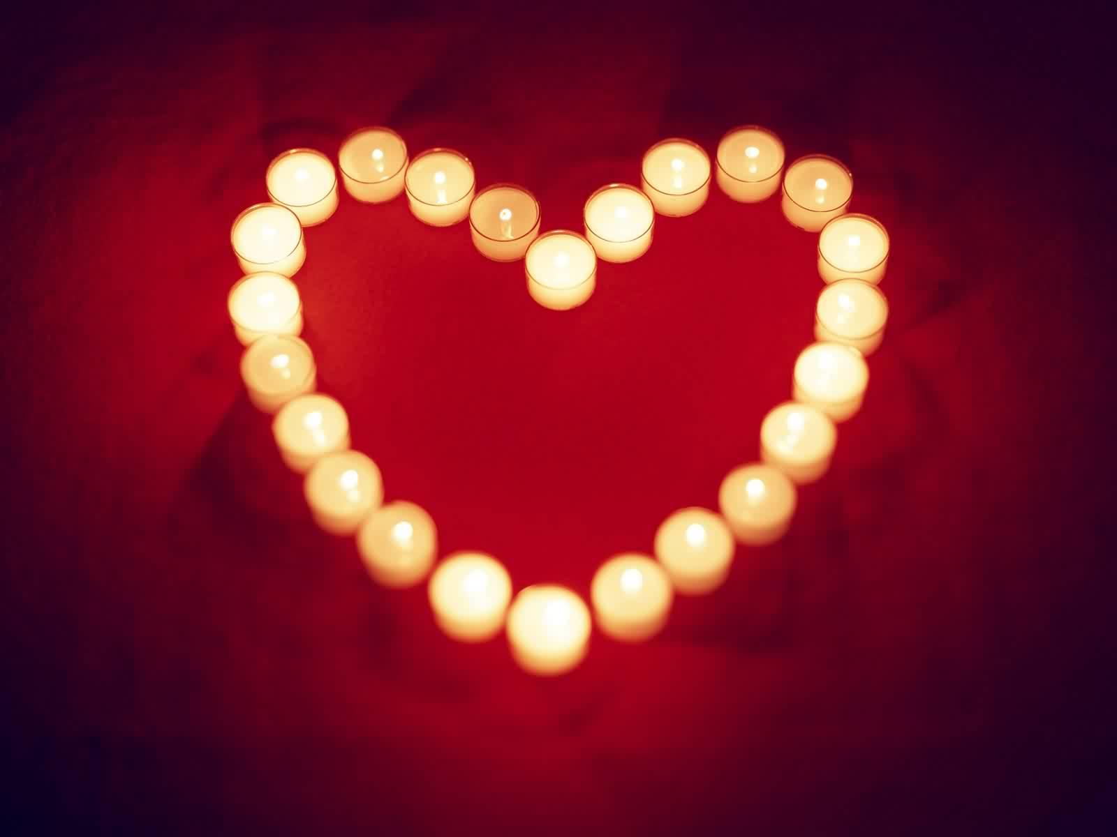قلب مضيئ بالشموع