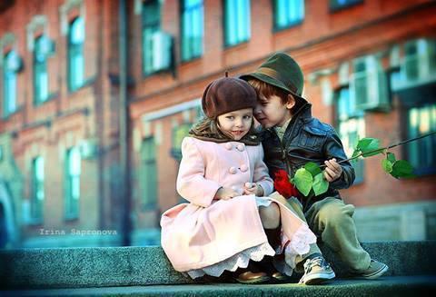 ولد صغير وبنت يتحدث معاها بشكل رومانسي