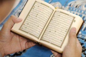 هل يجوز قراءة القران بدون وضوء وحكم قراءة القرآن من الجوال