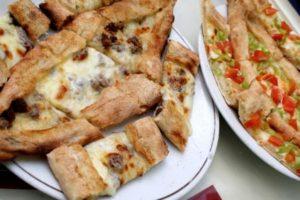 الفطيرة التركية بالدجاج الحار والبيف بيستري والجبن طريقة تحضير فطائر تركية بنكهات شهية ولذيذة