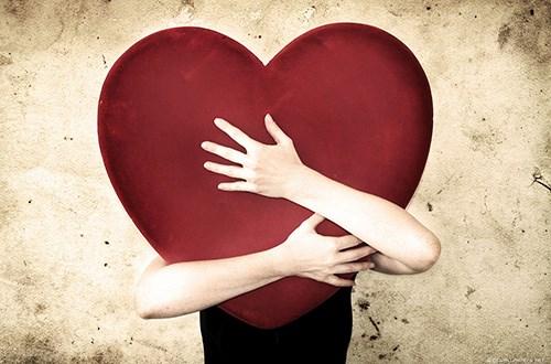 صورة شخص يحتضن قلب