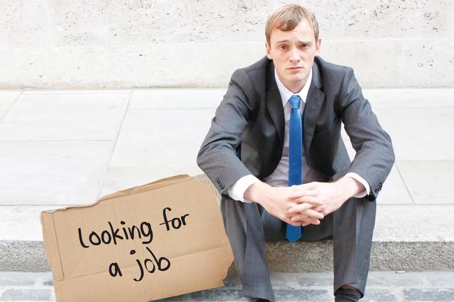 رجل يبحث عن عمل