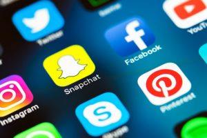 برامج التواصل الاجتماعي فوائدها وتاثيرتها على الحياه الاجتماعيه