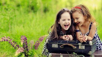 صورة تعير عن صداقة طفلتين