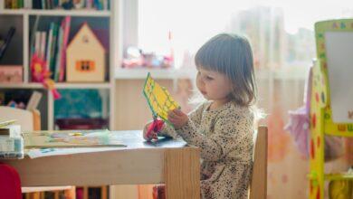 طفلة تقص الورق