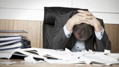 رجل يشعر بالملل في العمل
