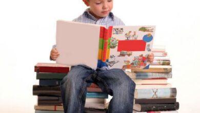 طفل يقرأ