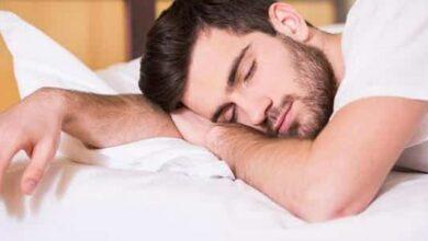 شاب نائم
