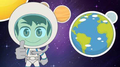طفل يرتدي بدلة الفضاء