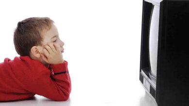 طفل يشاهد تلفاز