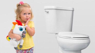 دخول طفلة الحمام
