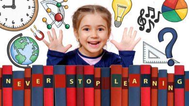 خلفية لبنت صغيرة مع كتب و رمزيات تعليم حديث.