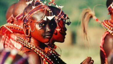 أشخاص من قبائل أفريقية سود البشرة.