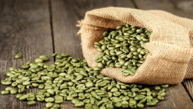 حبوب قهوة خضراء على الارض