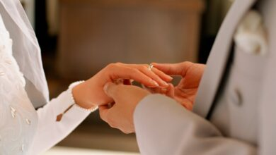 زوج يمسك يد زوجته