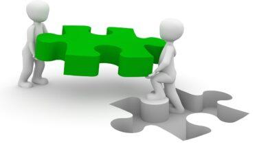 خلفية ثلاثية الأبعاد لشخصين يحملان قطعة بازيل و يضعوها مكانها.