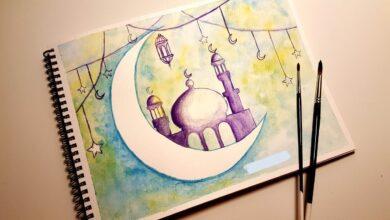 خلفية مرسومة و ملونة عن شهر رمضان و الهلال و المسجد و الزينة.