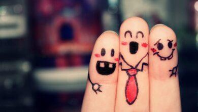 خلفية معبرة عن الصداقة و الأخوة في الله عبارة عن أصابع يد مرسوم عليها وجوه سعيدة و بدون كتابة.