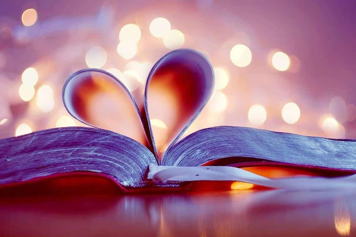 خلفية رومانسية لكتاب وردي مطوي صفحاته على شكل قلب.